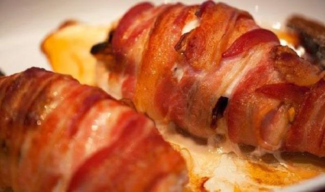 ost indbagt i bacon på grillen