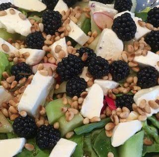 Sommersalat med mozzarella og friske brombær