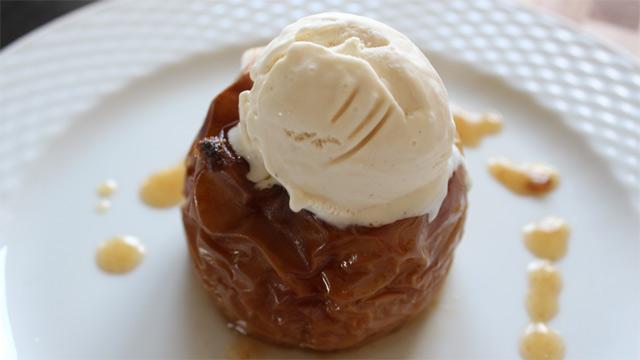Serveringsforslag: Bagt æble med en kugle vaniljeis