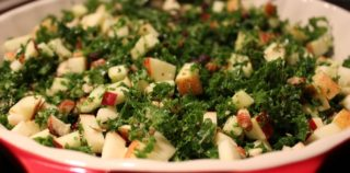 Grønkålsalat med peanuts, æbler og honningdressing