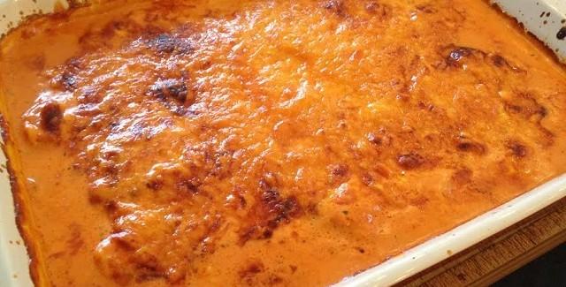 Grill-koteletter i fad med tomat og flødesauce