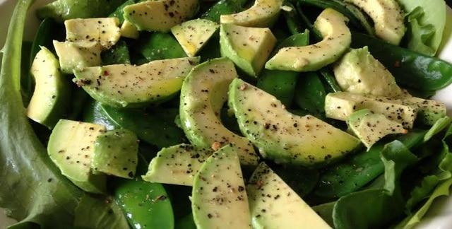 Salat med avokado, sugarsnaps og basilikum