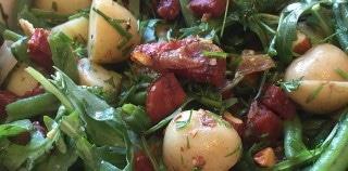 Salat med kartofler, chorizo og urtedressing