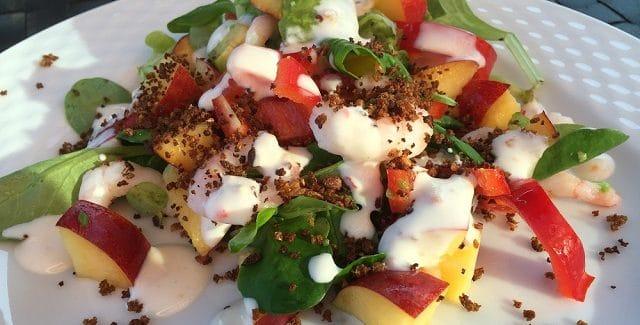 Rejesalat med mango, rugbrødskrymmel og chilidressing