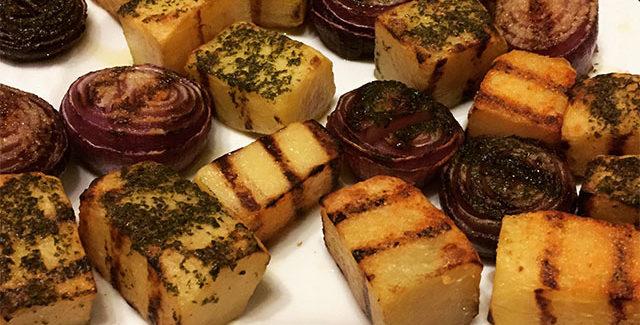 Firkantede kartofler og krydderløg i grill