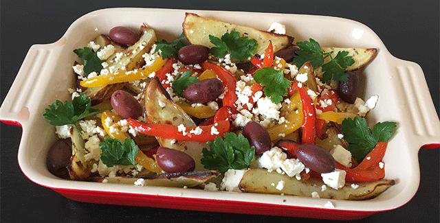 Græske kartofler med bagte peberfrugter, oliven og feta