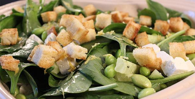 Babyspinat med mynte, salatost og sprøde croutons