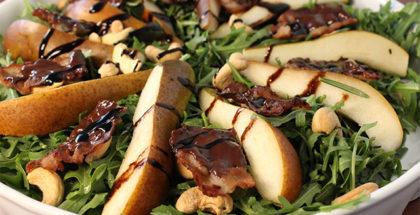 chokoladebacon og pærer med cashewnødder salat