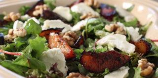 Salat med stegte blommer og gedeost