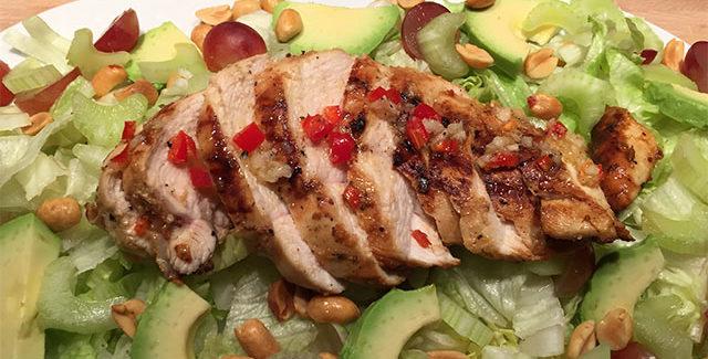Spicy kylling med druer, avocado og peanuts
