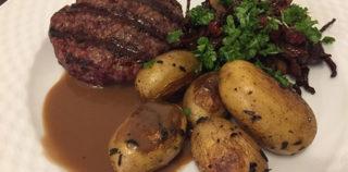 Krondyrbøffer med bacon-svampe og kartofler