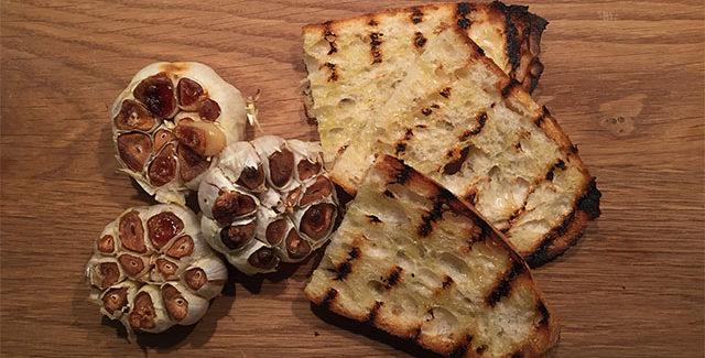 Bagte hvidløg i grill – Til tapas eller forret