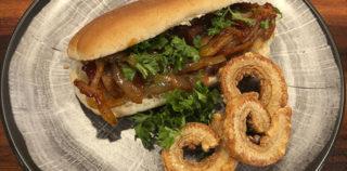 Grilltips Porkdog – med barbecueløg og chili