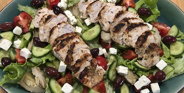 Græsk salat med marineret kylling