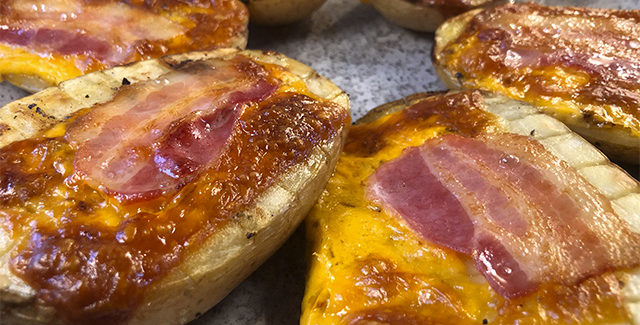 Grillede bagekartofler med cheddarost og bacon
