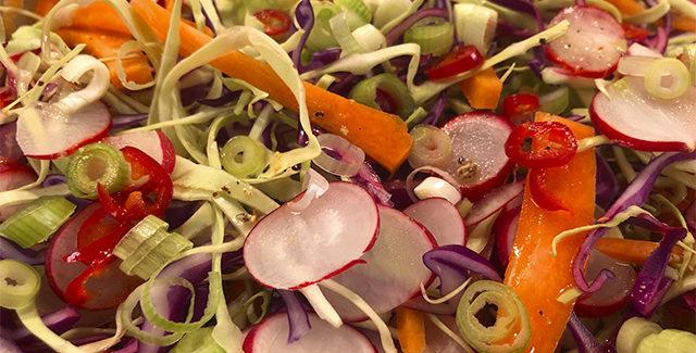 Spicy Mexicansk salat med spidskål, chili og nødder