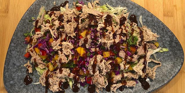 Pulled Pork salat med persille og barbecuesauce