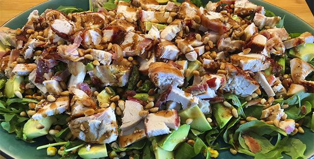Kylling salat med grillet majs og asparges