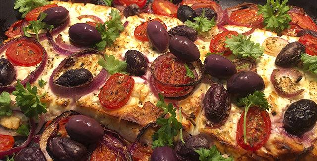 Bagt feta med tomater, oliven og rødløg