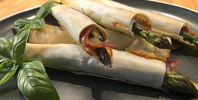 Indbagte asparges med parmaskinke og ost